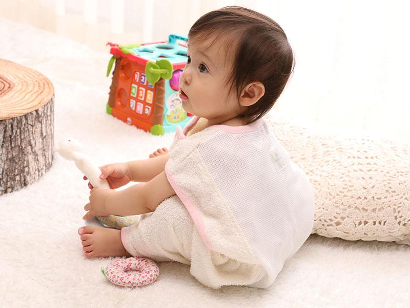 400bbe5407c08 表はタオル地、裏は全面をメッシュにすることで、お布団の中でむれやすい首の後ろや背中、おしりの通気性を確保してくれるから、汗っかきの赤ちゃん でも安心ですね。